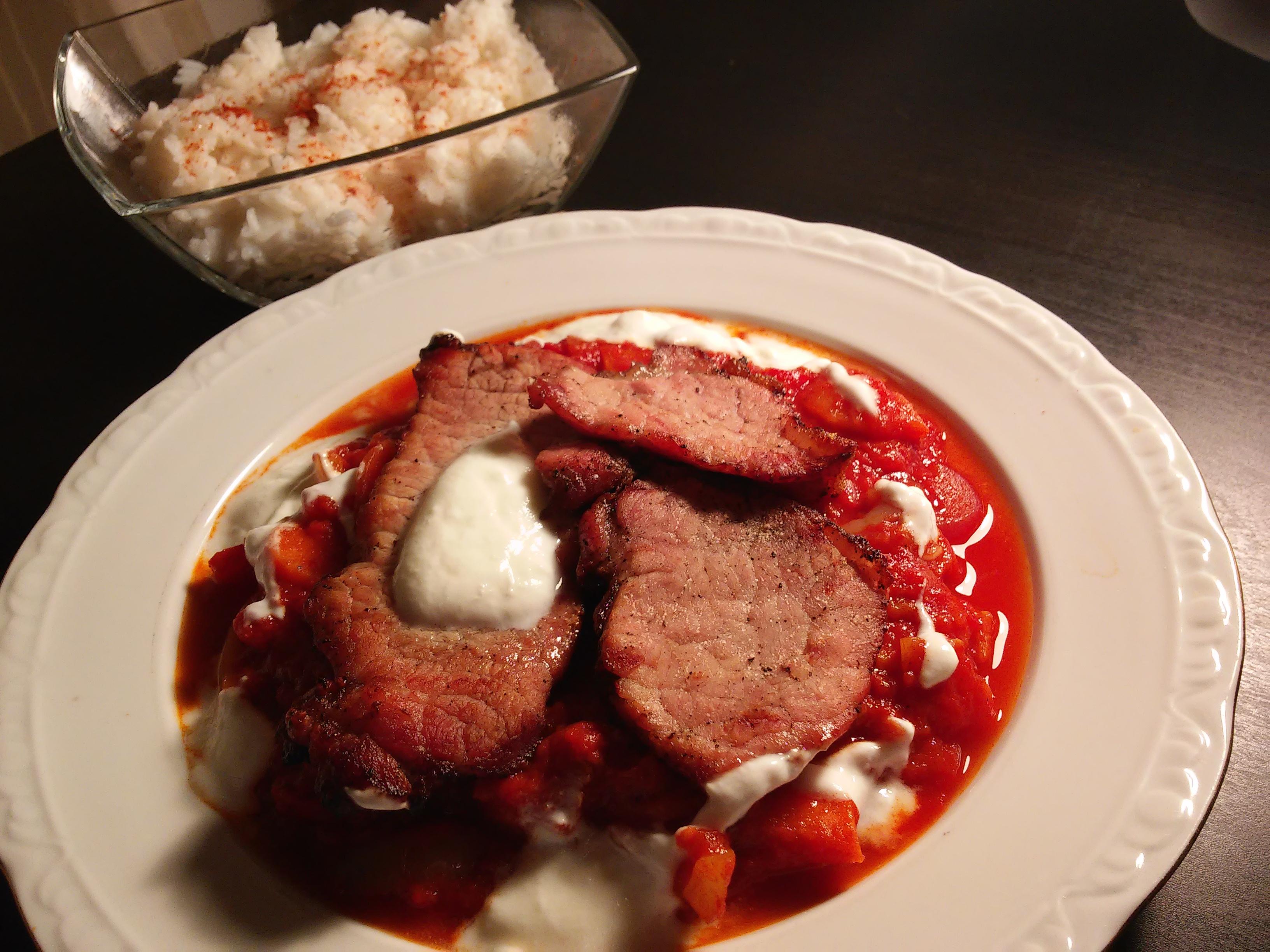 Fripturi de porc cu sos unguresc de ardei si orez